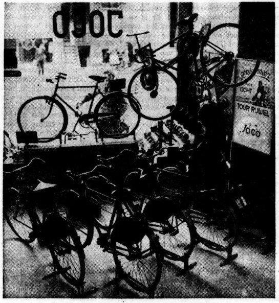 Opstelling van fietsen in de winkel van Joco (De Tijd, 3 augustus 1948)