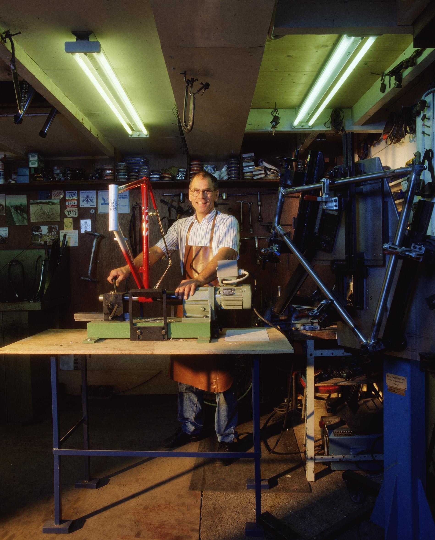 Wim Zoon in zijn werk plaats (foto: Barend van Herpe)