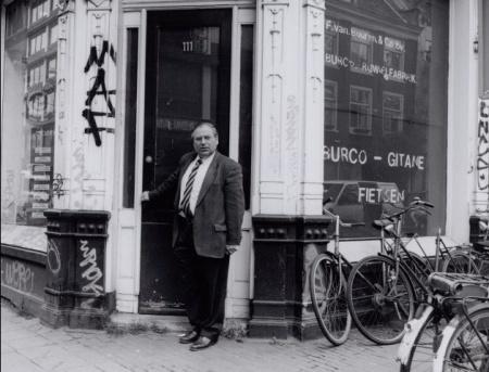 J. Wijnschenk voor het pand van Burco op de hoek Vijzelstraat - Kerstraat bron: http://beeldbank.amsterdam.nl/
