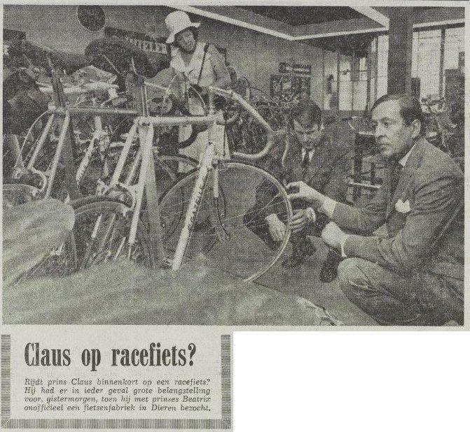 Claus op racefiets? Rijdt Prins Claus binnenkort op een racefiets? Hij had er in ieder geval grote belangstelling voor, gistermorgen toen hij met Prinses Beatrix onofficieel een fietsenfabriek in Dieren bezocht. (Foto uit Het Vrije Volk, 11 september 1974)