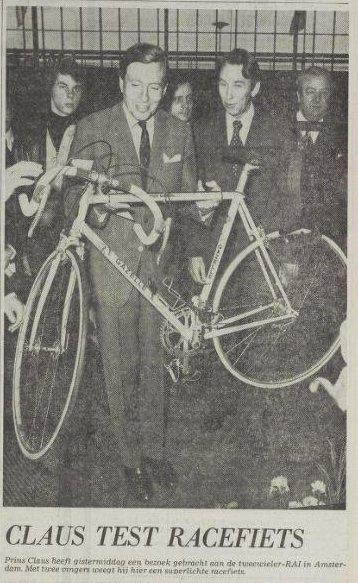 Prins Claus heeft gistermiddag een bezoek gebracht aan de tweewieler-RAI in Amsterdam. Met twee vingers weegt hij hier een superlichte racefiets. (Foto uit Het Vrije Volk, 28 februari 1976)